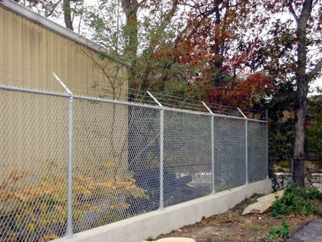 Galvonized Chain Link Fence with Barb Wire on Concrete - Chain 5