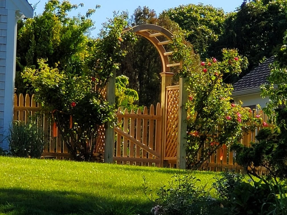 Cedar arbor with 4ft spaced picket - Arbor 8